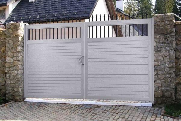 Распашные ворота из сэндвич-панелей белого цвета